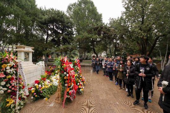 八宝山公墓迎来清明祭扫高峰