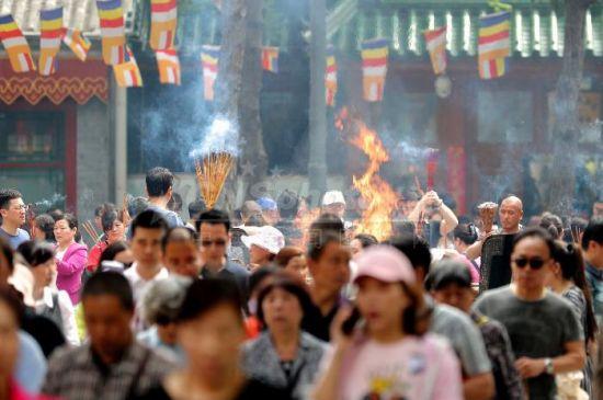 五一小长假 北京八大处游人如织