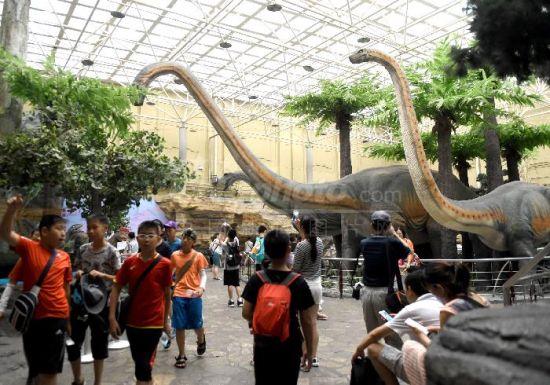 北京自然博物馆恐龙公园吸引暑期学生参观