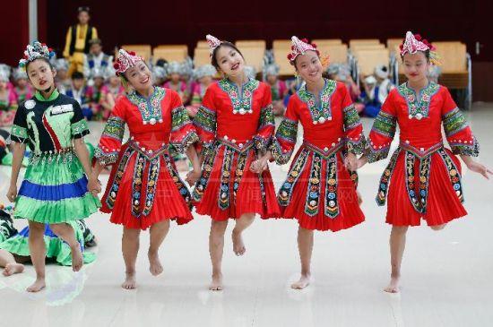"""海外华裔青少年在北京""""汇报""""舞蹈夏令营成果"""