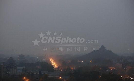 雾霾围京城 多地空气质量跌至重度污染水平