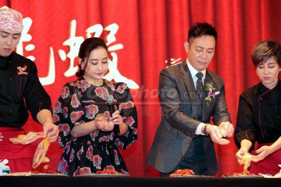 《泡菜爱上小龙虾》北京发布会上演扒虾PK赛
