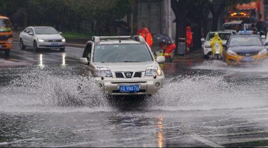 北京强降雨持续 市区多地积水