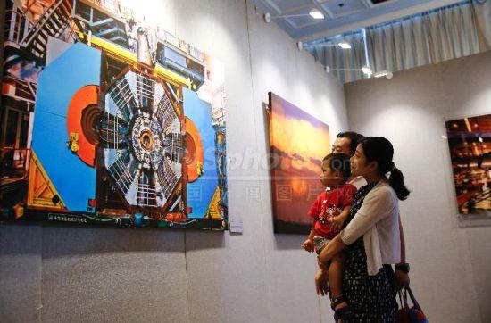 """8月19日,""""大国重器――迎接党的十九大胜利召开摄影展""""在北京民族文化宫展览馆开幕。"""