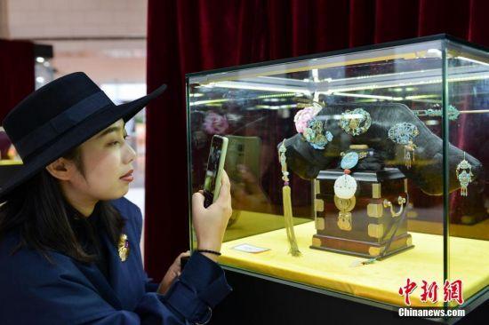 京津冀非遗精品展吸引参观者