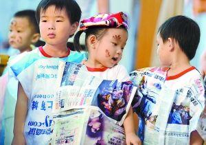 保服装上台走秀.北京日报记者 李继辉 摄-自制环保装 走秀迎佳节图片