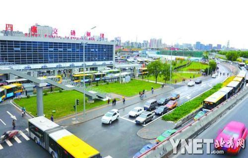 在二层大厅偏西侧是连接四惠地铁站的换乘连廊.