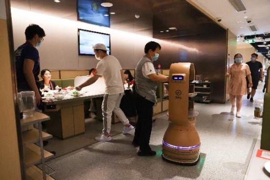 北京一餐厅使用机器人送餐