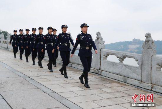 杭州西湖女子巡逻队在北京颐和园昆明湖畔巡逻