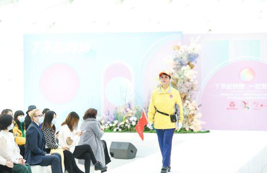 """职业女性时装秀在京举办 展示各岗各业""""了不起的她"""""""