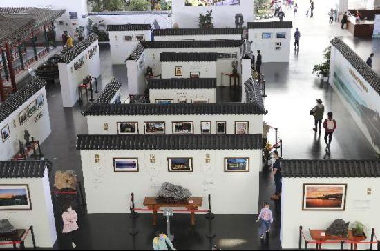 游客欣赏颐和园建园270周年摄影展